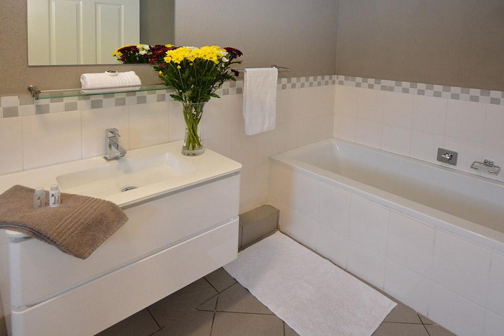 Balmoral Lodge Bellville Family Bathroom